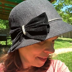 Like New Flapper Style Black Cloche Hat w/ Bow